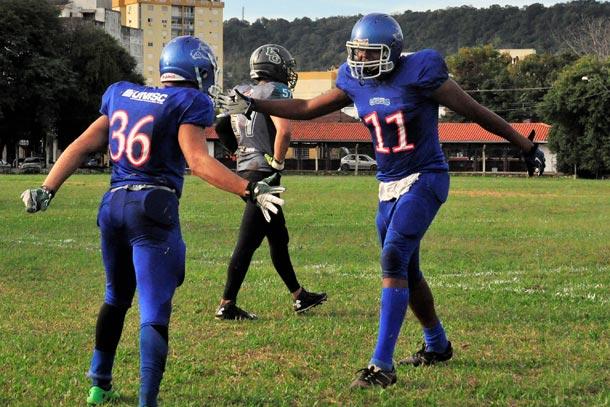 Riovale Jornal    Futebol Americano  Chacais joga pela vaga na final     ESPORTES 5f6c1adce86e4